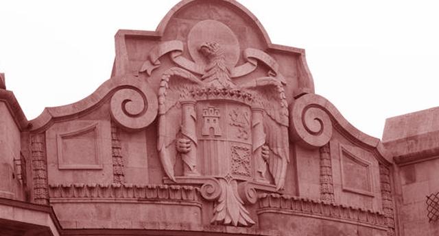 Retiran el aguilucho franquista de la Agencia Tributaria en Bilbao