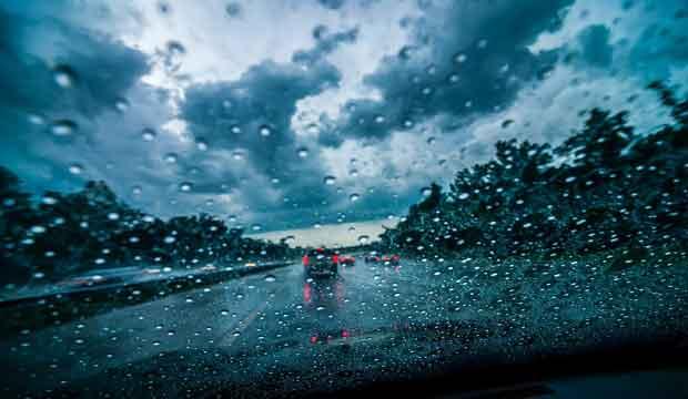 cara mengendarai mobil disaat hujan lebat