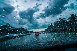 Musim Hujan Datang - Perhatikan Cara Anda Mengendarai Kendaraan Beroda Empat Disaat Hujan