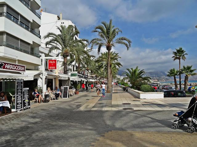 Altea - Costa Blanca deptak koło plaży