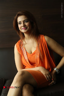 Actress Saloni Aswani Pos in Short Dress at Meelo Evaru Koteeswarudu Movie Interview  0213.JPG
