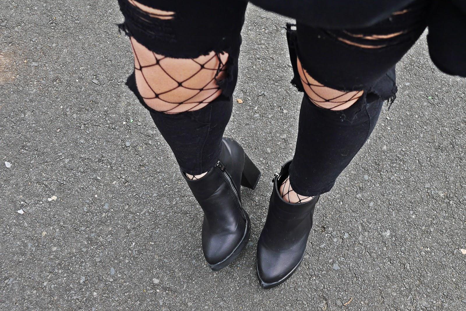 czarne_spodnie-Z_dziurami_kabaretki_botki_gamiss_karyn_blog_210317