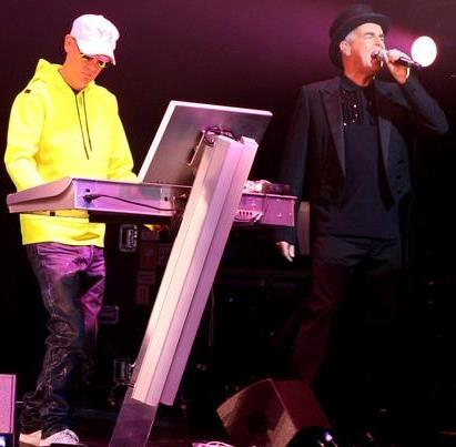 Foto de Pet Shop Boys cantando en concierto