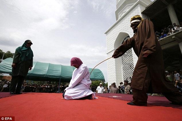 ... の若者、異性交際で公開むち打ち刑 インドネシア