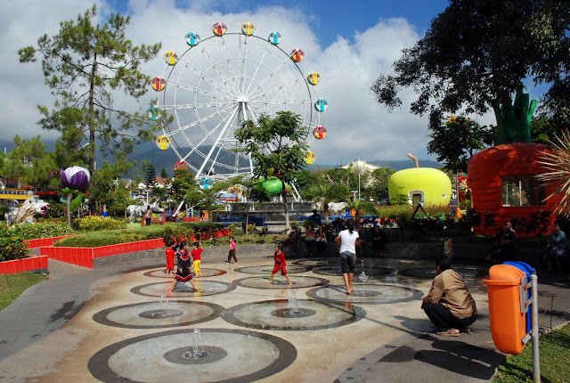 Area Air Mancur Menari jadi permainan basah-basahan di Alun-Alun Kota Batu