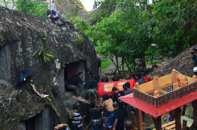 Penguburan jenazah di liang batu, Upacara Rambu Solok Tana Toraja || jelajahsuwanto