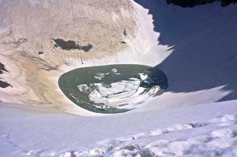 Bí ẩn hồ xương người ở Himalaya