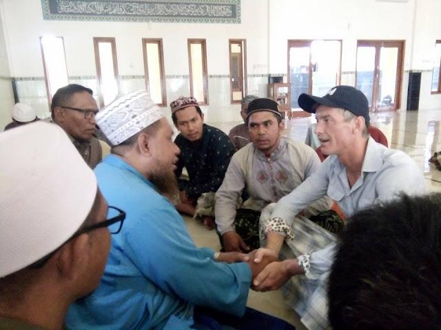Tiba-tiba Masuk Masjid Pakai Celana Pendek, Ternyata Berniat Ingin Jadi Muallaf
