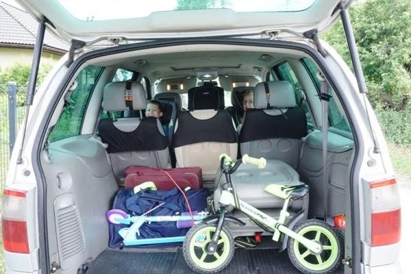 dzieci w fotelikach RWF i spakowane bagaże