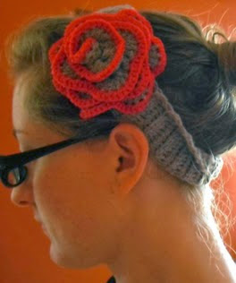 http://translate.google.es/translate?hl=es&sl=en&tl=es&u=http%3A%2F%2Fcultofcrochet.wordpress.com%2F2011%2F09%2F25%2Fflower-headband%2F