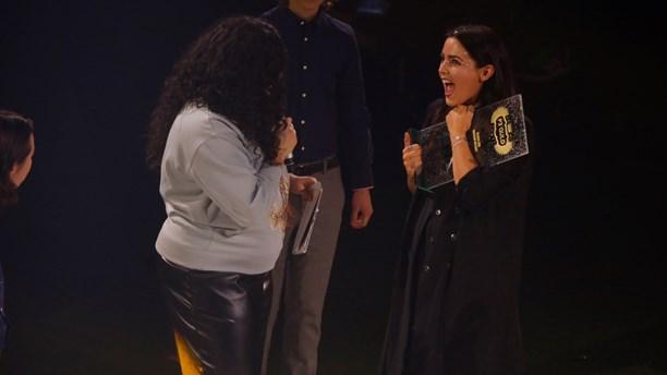 Miriam Bryant recibiendo el premio a mejor canción por 'Black car'
