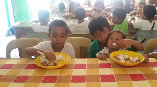Anak SD ini Harus Sekolah Sambil Mengasuh Adiknya Karena Tak Punya Ibu