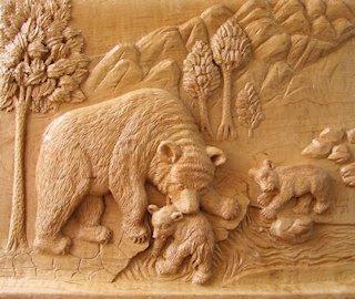 Osa con oseznos, por Serapio Hernández. Talla en madera.