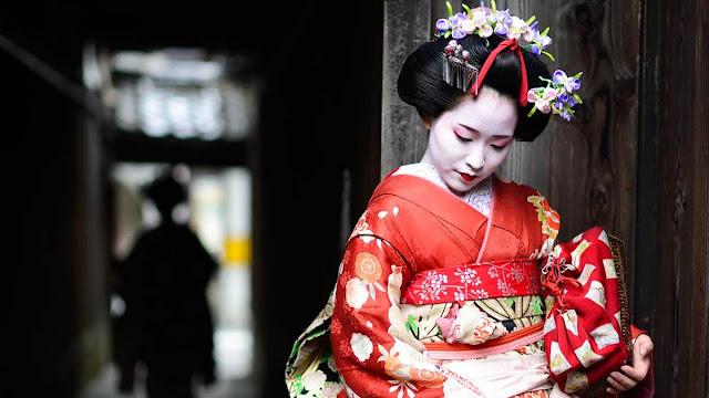 Geisha tại Nhật Bản là những cô ca kỹ mang vai trò giúp nam giới tầng lớp thượng lưu ngày xưa giải trí với âm nhạc, múa hát và nói chuyện cùng họ, Geisha không phải là kỹ nữ chỉ mua vui bằng xác thịt mà họ được đào tạo rất nghiêm ngặt và chuyên nghiệp. Geisha càng xinh đẹp và có càng nhiều kỹ năng thì càng được đánh giá cao. Các biểu tượng văn hóa nổi tiếng Nhật Bản này đã biểu diễn những kĩ năng nghệ thuật truyền thong của họ trong hơn 250 năm qua. Ngày nay số lượng Geisha giảm đi rất nhiều và bạn chỉ còn có thể bắt gặp các Maiko (Geisha học việc) ở khu Gion ở Nhật Bản.