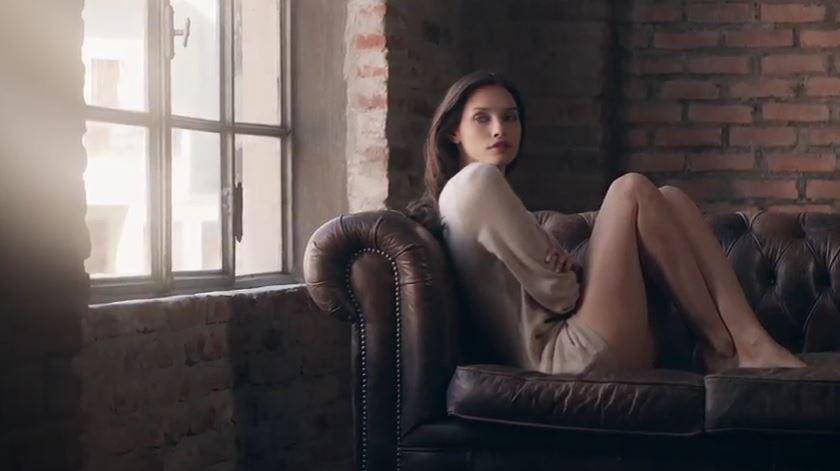 Canzone Falconeri pubblicità con modella che si veste e si siede sul divano - Musica spot Novembre 2016