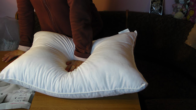 Pillow Testing for resiliency in one hand
