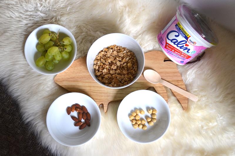 petit déjeuner avec museli, fromage blanc, raisin, amande et planche a découper toucan monoprix