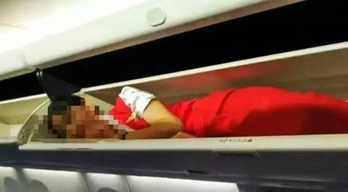 pramugrasi dikemas dalam loker pesawat