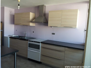 Fornecimento e instalação de uma cozinha por medida em melamina de carvalho