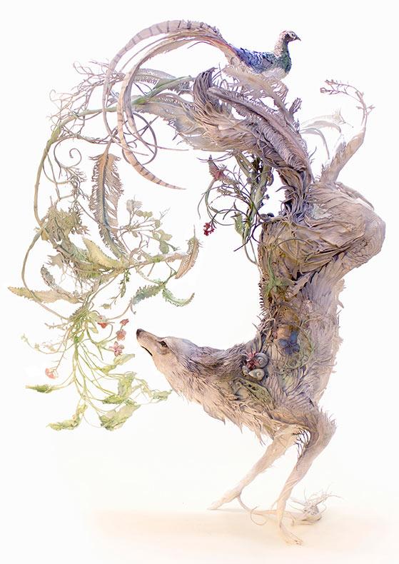 Esculturas surrealistas combinan animales con un entorno fantástico