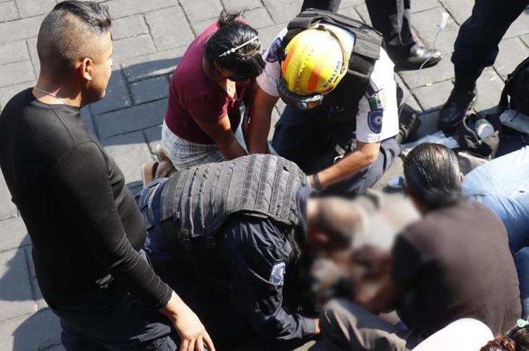 """Videos, """"Mamá nos acaban de disparar"""", Sicario ejecuta a empresario y balean a periodistas en pleno Zócalo de Cuernavaca."""