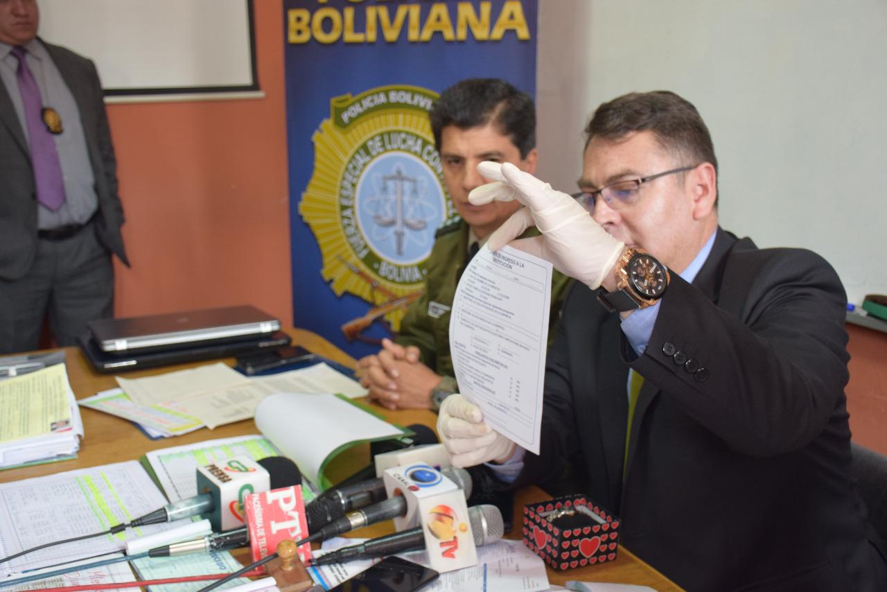 Coronel Aguilera muestra los formularios de reclutamiento de la empresa multinivel / ÁNGEL SALAZAR