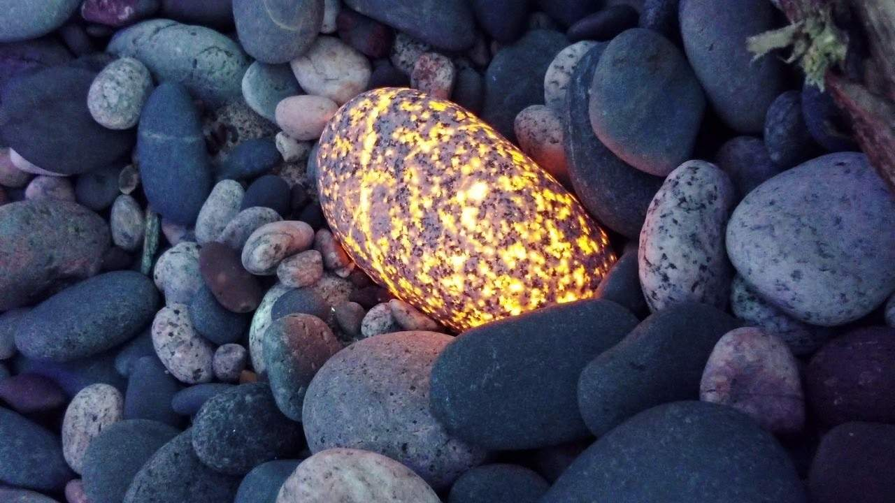 "Michigan Man Discovers Glowing, Florescent Rocks Called ""Yooperlites"""