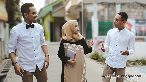 Foto Nisa Sabyan dan Temannya