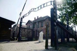 A su llegada fue recibido por el director del museo del campo y después se trasladó en un pequeño coche eléctrico al bloque 11, donde se encuentran las celdas subterráneas en las que se encerraba a los prisioneros para que murieran de hambre y sed.