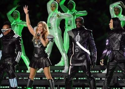 Foto de Black Eyed Peas cantando de negro