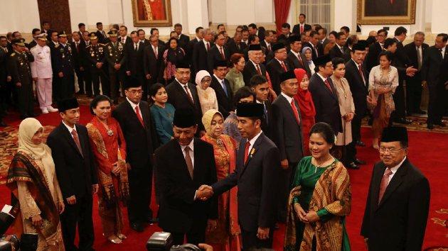 Bukan Mahram, Menteri Baru Indonesia Ini Tolak Berjabat Tangan Dengan Ibu Negara