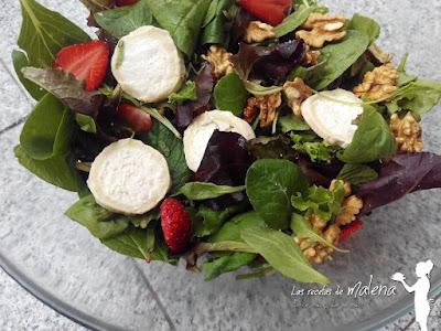 Ensalada de brotes tiernos con fresas y vinagreta de miel