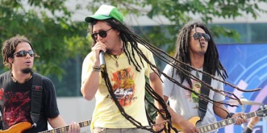 Lagu Steven & Coconut Treez