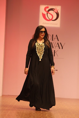 Bollywood Actress Zeenat Aman walked ramp for Jewellery Designer Akassh K Aggarwal at India Runway Week (1)