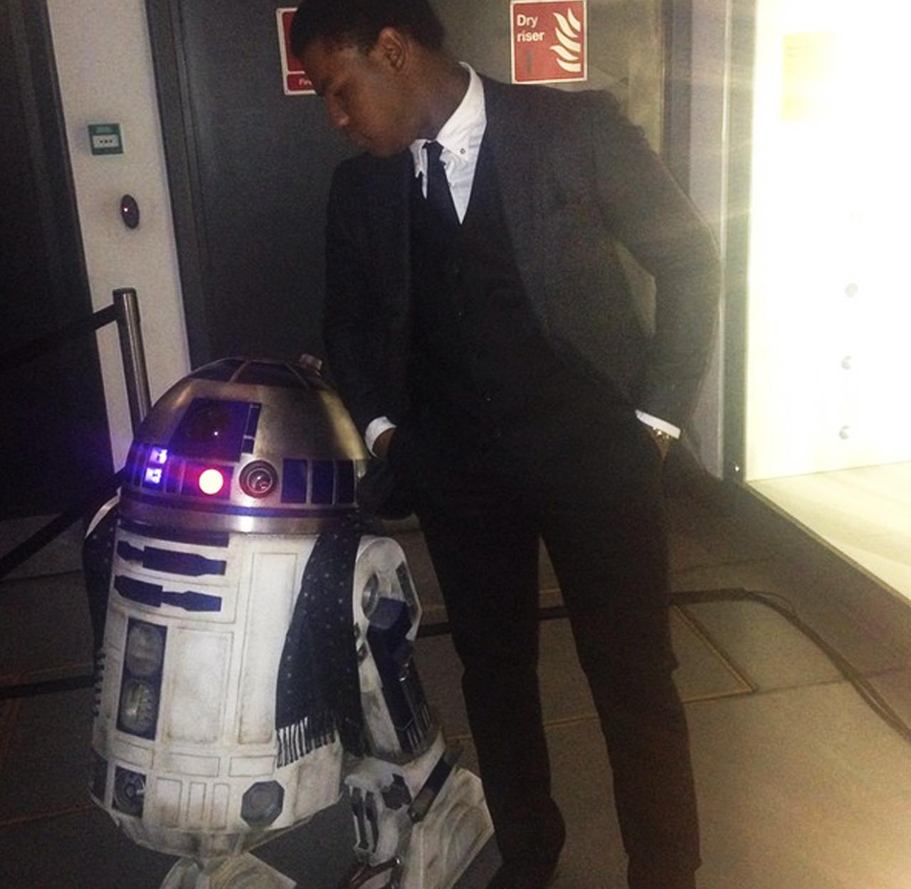 John Boyega la petrecerea ce marchează finalul filmărilor pentru Star Wars: Episode VII