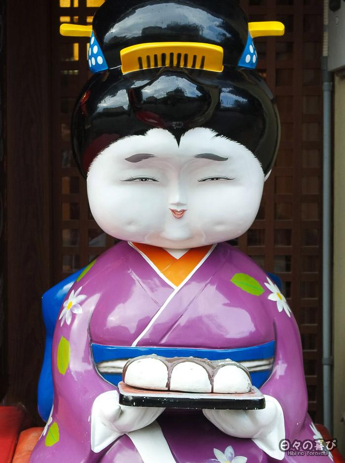 Statue geisha à l'entrée d'un salon de thé, Amanohashidate, Kyoto
