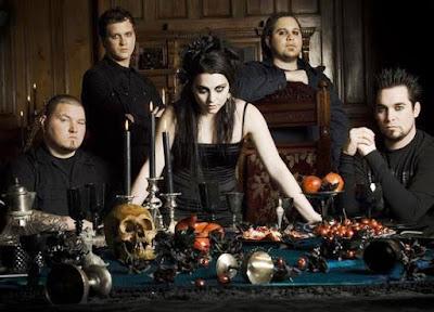 Foto de Evanescence posando con una mesa