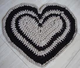 http://creacionesbatiburrillo.blogspot.com.es/2014/01/alfombra-corazon-de-trapillo.html