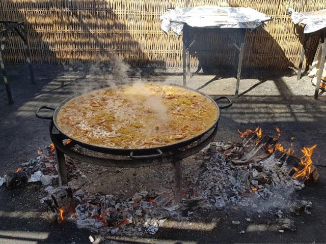 Paella boven houtvuur bij Chiringuito Ayo