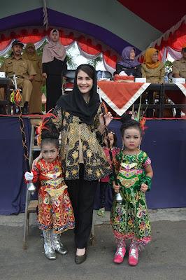 Ny. Arumi Bachcin Sangat Terkesan Dengan Peserta Parade Marching Band Gunakan Kostum Kreasi Dari Batik