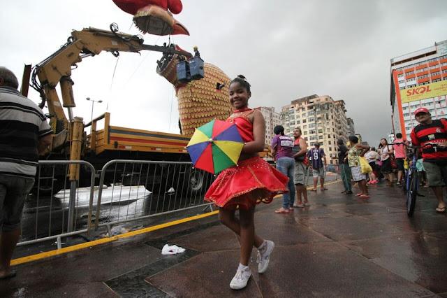 Chuva atrasa montagem de alegoria gigante do galo em ponte no Recife