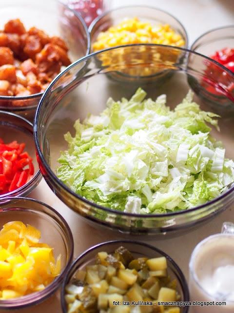 salatka, kolorowa salata, z miesem, z kurczakiem, warzywa, kolorowo, miska salatki, kolorowe warstwy,