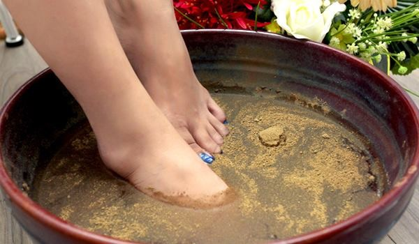 Ngâm chân trong nước ấm 30 phút massage chân thảo dược