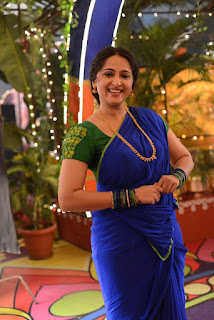Anushka Shetty New Pos In Blue Saree (2)