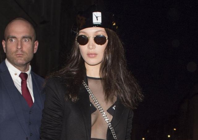 2017-02-18 ロンドンで開催された「ヴェルサス ヴェルサーチ/Versus Versace」 2017年秋冬コレクションのランウェイショーを終えたベラ・ハディッド(Bella Hadid)は、友人のケンダル・ジェンナー(Kendall Jenner)らとディナーへ。