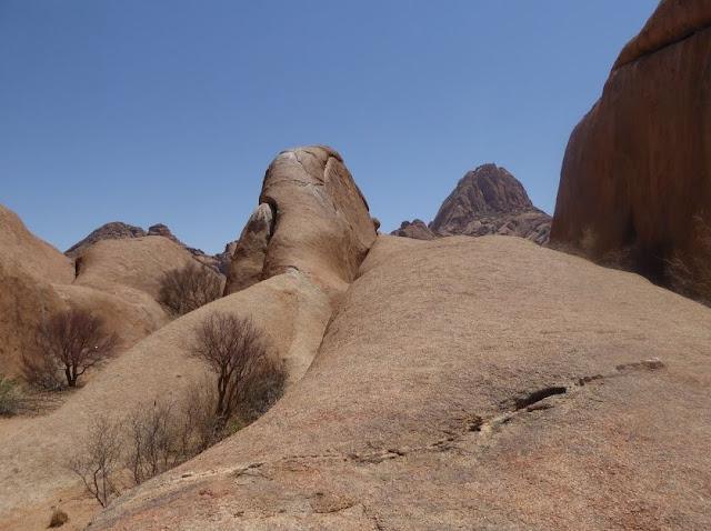 la roccia che si sale per avvicinarsi all'arco di pietra dello Spitzkoppe