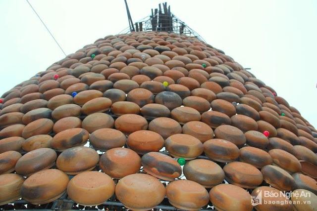 Cây thông Noel độc nhất vô nhị được làm từ hơn 5.000 chiếc nồi đất - Ảnh minh hoạ 4