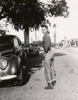 Mulher usando calça nos anos 40