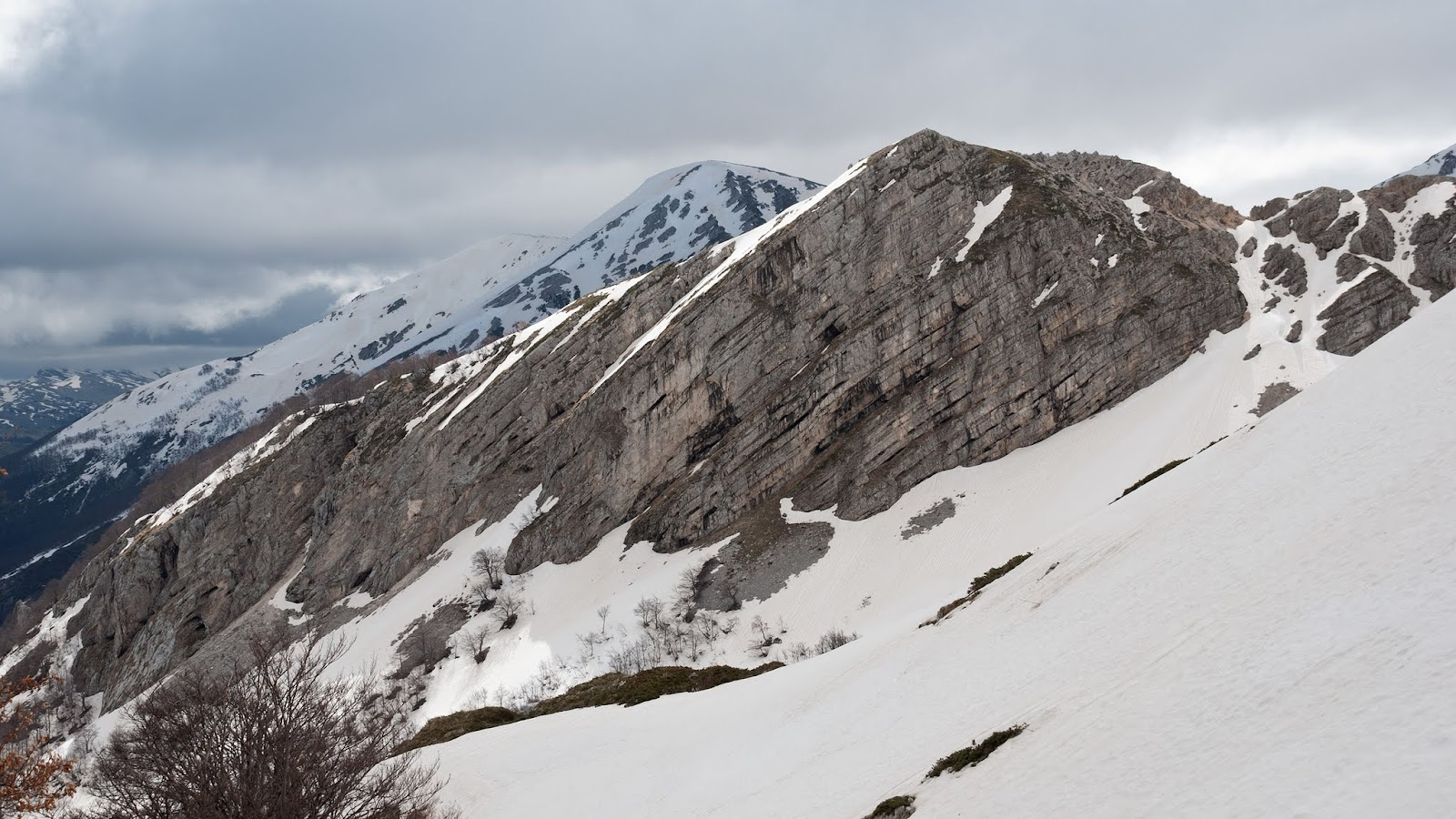 Colle delle Trincere: sullo sfondo la Costa della Tavola