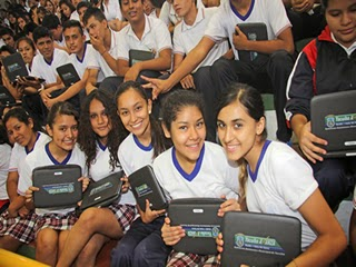 Entrega de computadoras a alumnos en Tarija